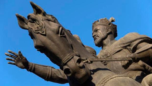 Equestrian statue of Amir Timur at Amir Timur Maydoni (square).